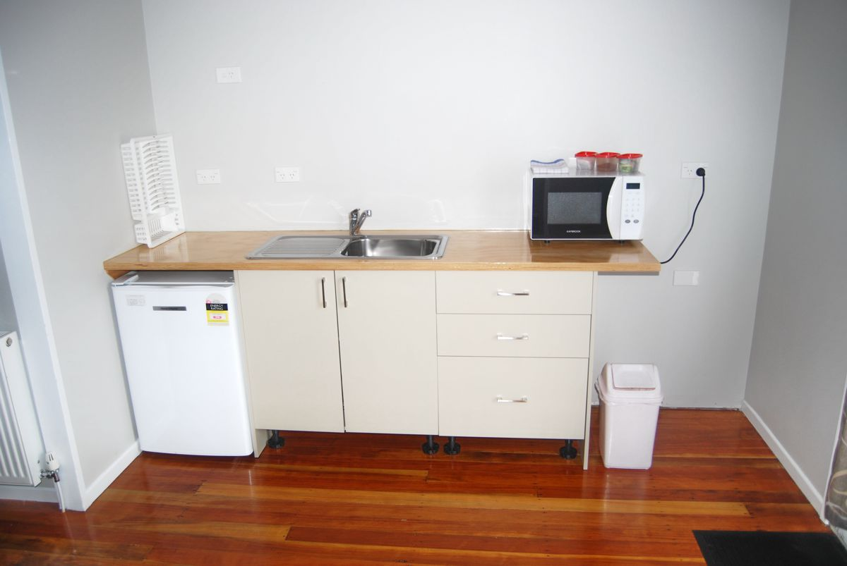 Ohakine-Backpackers-family-room-kitchen-dining