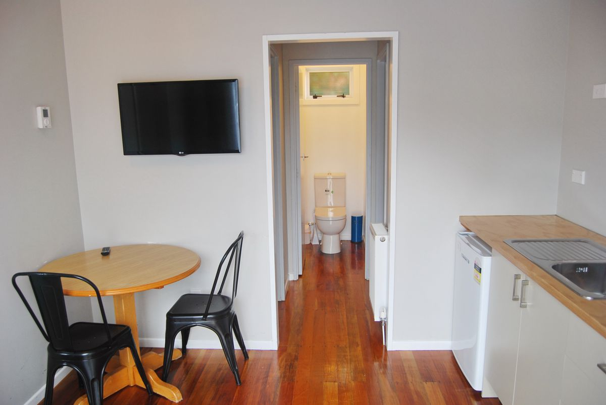 Ohakine-Backpackers-family-room-kitchen